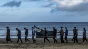 Des migrants venus du Maroc escortés par la police espagnole, après leur arrivée sur la côte des îles Canaries, en octobre 2020 (image d'illustration).