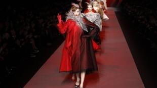 Desfile de Moda da Dior com modelos do estilista John Galliano apresentados em janeiro de 2011.