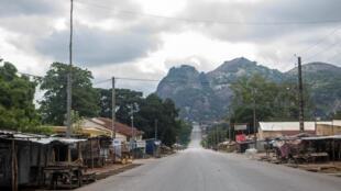 Vue générale d'une rue déserte de la ville de Savè, au Bénin, le 15 juin 2019.