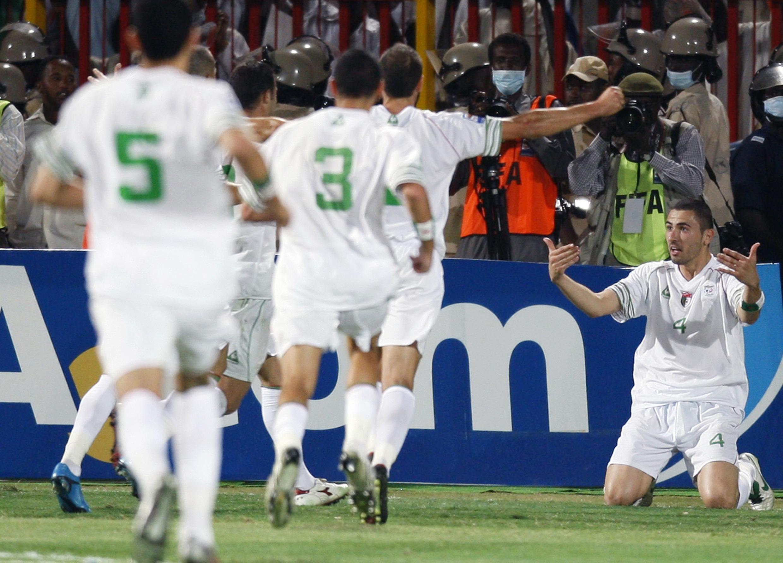 Les Fennecs exultent après le magnifique but du défenseur Antar Yahia (d)