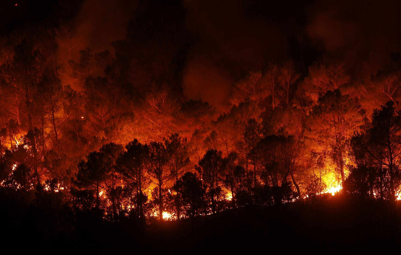 Floresta queima durante incêndio na província espanhola de Girona, nesta segunda-feira.