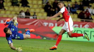 Kylian Mbappé (Monaco) marque contre Nantes, le 5 mars 2017.