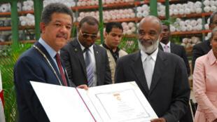 A l'occasion de la réouverture de la commission mixte, René Préval (D) a décoré son homologue dominicain Leonel Fernandez (G) de l'Ordre national panaméricain Pétion et Bolivar.