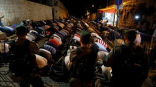 La police israélienne aux aguets alors que des musulmans prient dans la Vieille ville de Jérusalem, le 18 juillet 2017.
