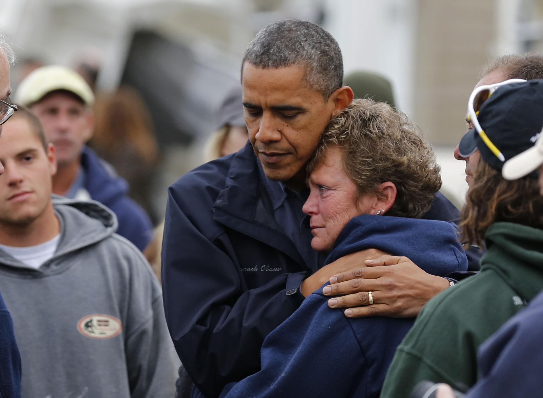 O presidente dos Estado Unidos, Barack Obama, abraça uma moradora de Nova Jersey durante sua visita ao estado ameriacano para ver os estragos causados pelo furacão Sandy.