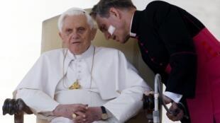 Giáo hoàng Benedicto XVI và thư ký riêng của Ngài, Đức ông Georg Gaenswein (phải), ngày 17/03/2010