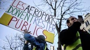Des «gilets jaunes» opposés au projet de privatisation d'ADP manifestent devant l'Assemblée nationale, en mars 2019.