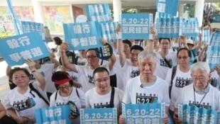 2014年6月14日,千名港人开始毅行7日争普选。前排右一为香港荣休枢机主教陈日君
