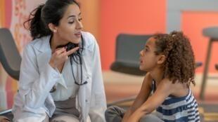 Le bégaiement se caractérise par l'interruption, la répétition ou l'hésitation au cours de l'énoncé.