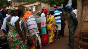 File d'attente dans un bureau de vote à Bamako, le 29 juillet 2018.