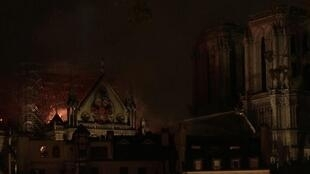 «Можно считать, что основная структура сооружения сохранена», – заявил командующий бригадой пожарных Парижа.