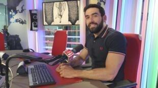Luvier Casali en los estudios de RFI