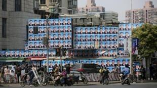 習近平成為上海居民拿來抗拒拆遷的保護符,一座上海建築物四周牆上貼滿習近平標準像。   2016年3月26日