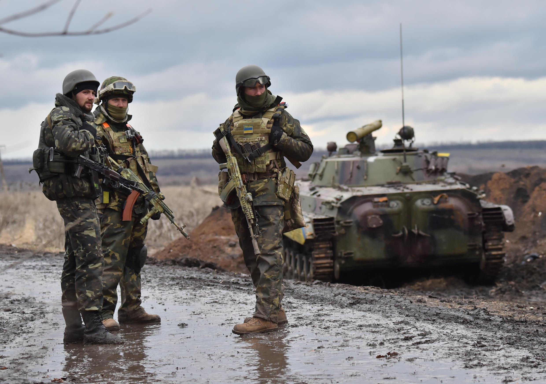 Des soldats ukrainiens photographiés le 24 janvier à l'est de Debaltsevo, dans la région de Donetsk.