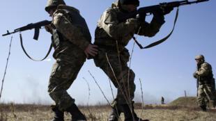 Des militaires ukrainiens lors d'un exercice à Zhytomyr, à 150 km de Kiev, le 9 avril 2015.