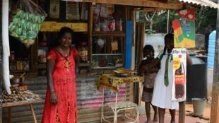 A Jaffna, Sylvia et sa famille ont fui leur grande maison en 1990 et vivent depuis dans ce camp de réfugiés de Sabapathi Pillai où elle tient cette épicerie.