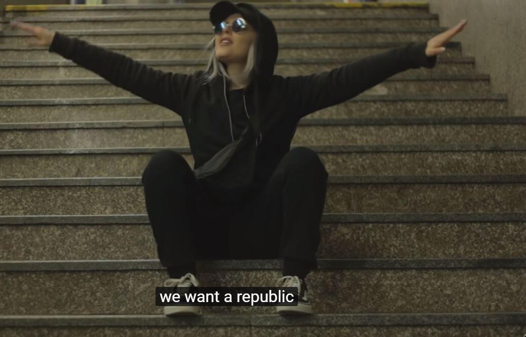 Tourné en partie dans le métro de Prague, le clip d'Allo le système a fait plus de 40 millions de vues.