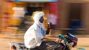 Un conducteur de mototaxi, au Niger.