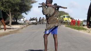 Soldat somalien sur la scène de l'attentat-suicide perpétré par les shebab contre l'Amisom et un convoi gouvernemental, en représailles de l'assassinat de leur chef. Mogadiscio, 8 septembre 2014.