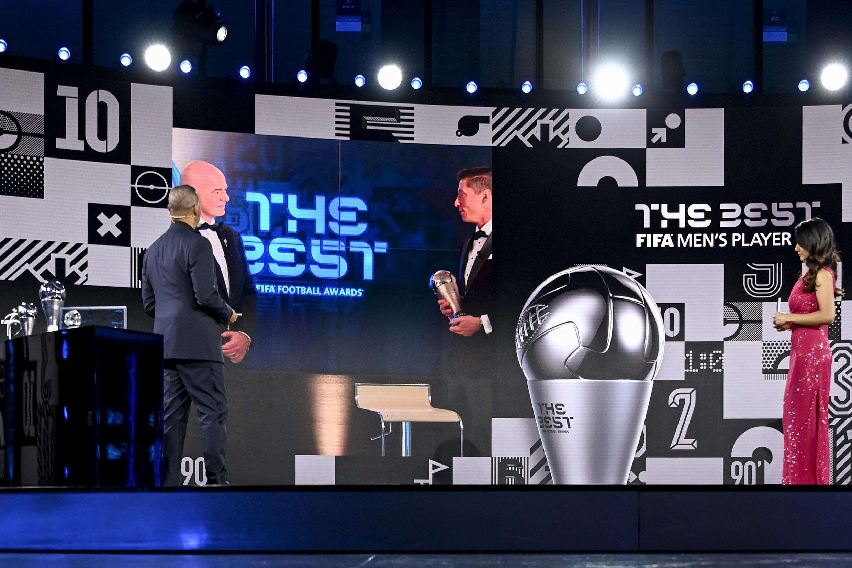 El presidente de la FIFA, Gianni Infantino, aparece en una pantalla otorgando el premio al mejor jugador masculino de la FIFA al delantero polaco del Bayern de Múnich, Robert Lewandowski en la sede de la FIFA en Zúrich, el 17 de diciembre de 2020