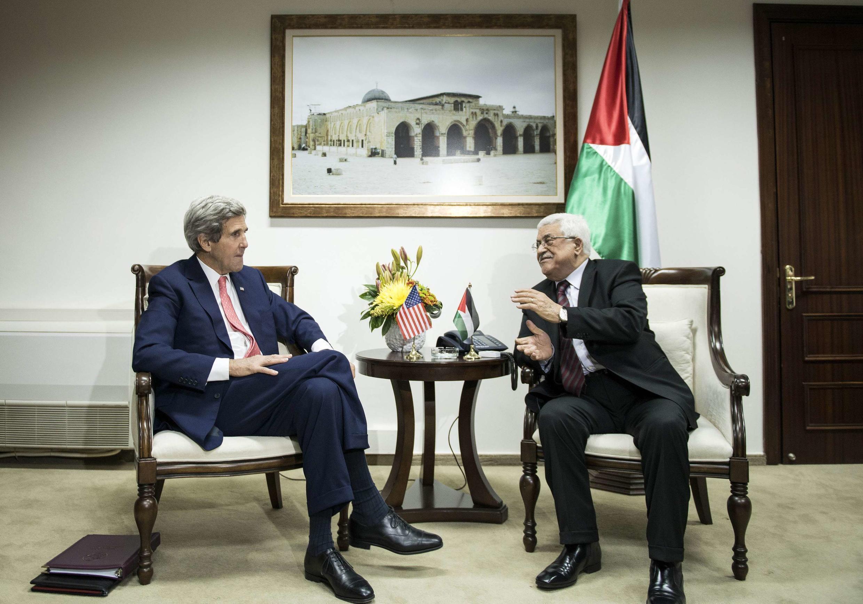 John Kerry (e) conversa com o presidente palestino Mahmoud Abbas em Ramallah
