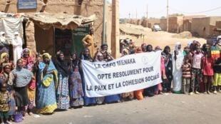 Les populations de Ménaka massées le long du parcours d'une délégation officielle, en mars 2017.