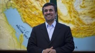 Mahmoud Ahmadinejad ironizou algumas questões dos parlamentares durante a sessão extraordinária.