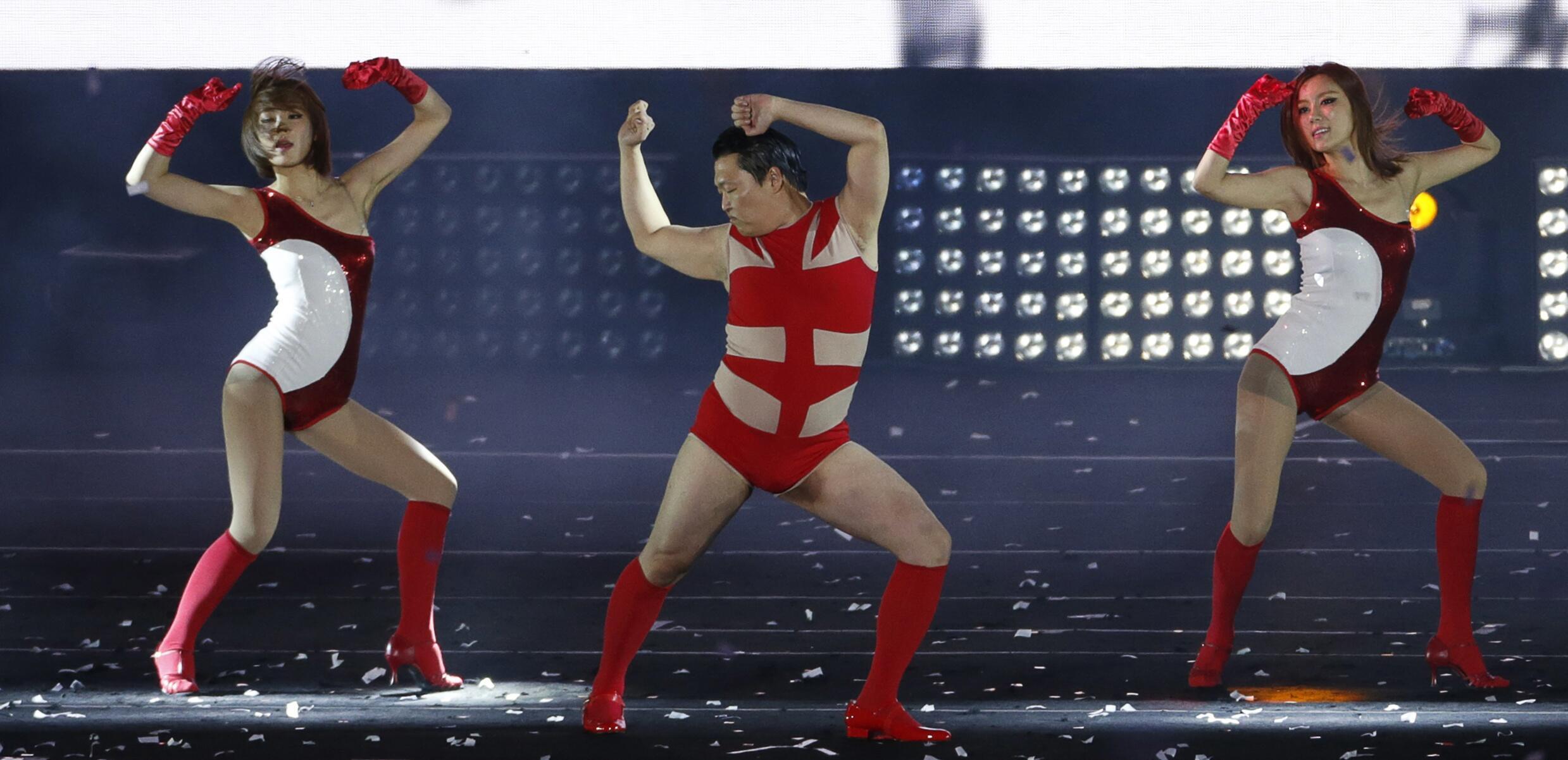 Ca sĩ Psy (phải) với điệu « Gentleman », 10 triệu người xem trang Youtube, chỉ 24 giờ sau khi được đưa lên mạng.