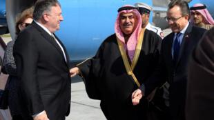 مایک پمپئو هنگام ورود به فرودگاه منامه مورد استقبال همتای بحرینی خود قرار گرفت