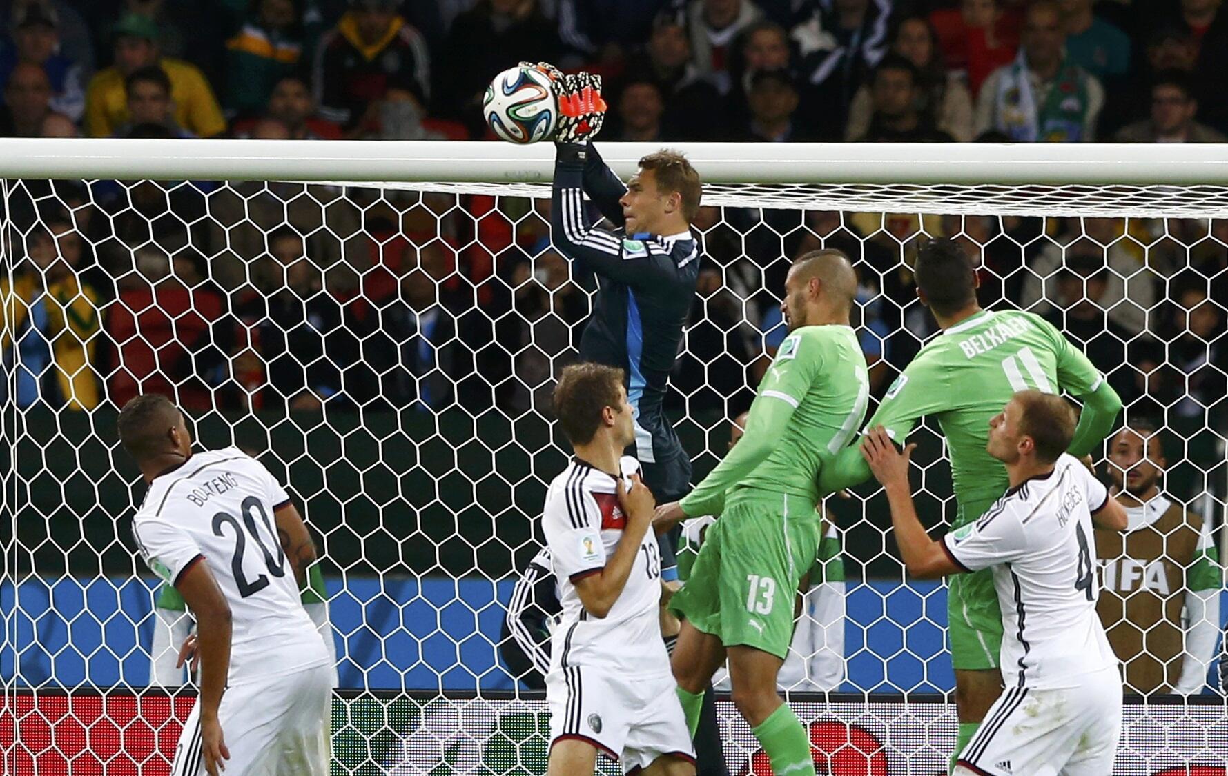Manuel Neuer est également parfait dans ses prises de balle.