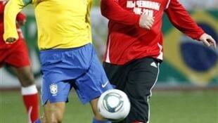 O capitão checheno, Ramzan Kadyrov, e o ex-jogador Dunga em amistoso com uma equipe local de Grozny.