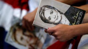 Một ủng hộ viên cầm ảnh bà Hillary Clinton trong cuộc vận động tranh cử ở Raleigh, Bắc Carolina, ngày 22/06/2016