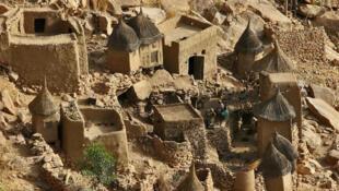 Le site de Bandiagara au centre du Mali, paysage de falaises et de plateaux sablonneux avec des établissements humains traditionnels, représentatif de la culture Dogon.(Image d'illustration)