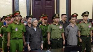 Lưu Văn Vịnh (thứ nhì, từ trái sang phải) và các bị cáo khác trong phiên toàn tại TP Hồ Chí Minh ngày 05/10/2018.