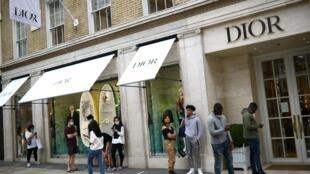File d'attente devant la boutique Dior à New Bond Street, à Londres, le 15 juin 2020.