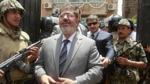 Mohamed Mursi yendo a votar en las elecciones presidenciales del 23 de mayo de 2012.