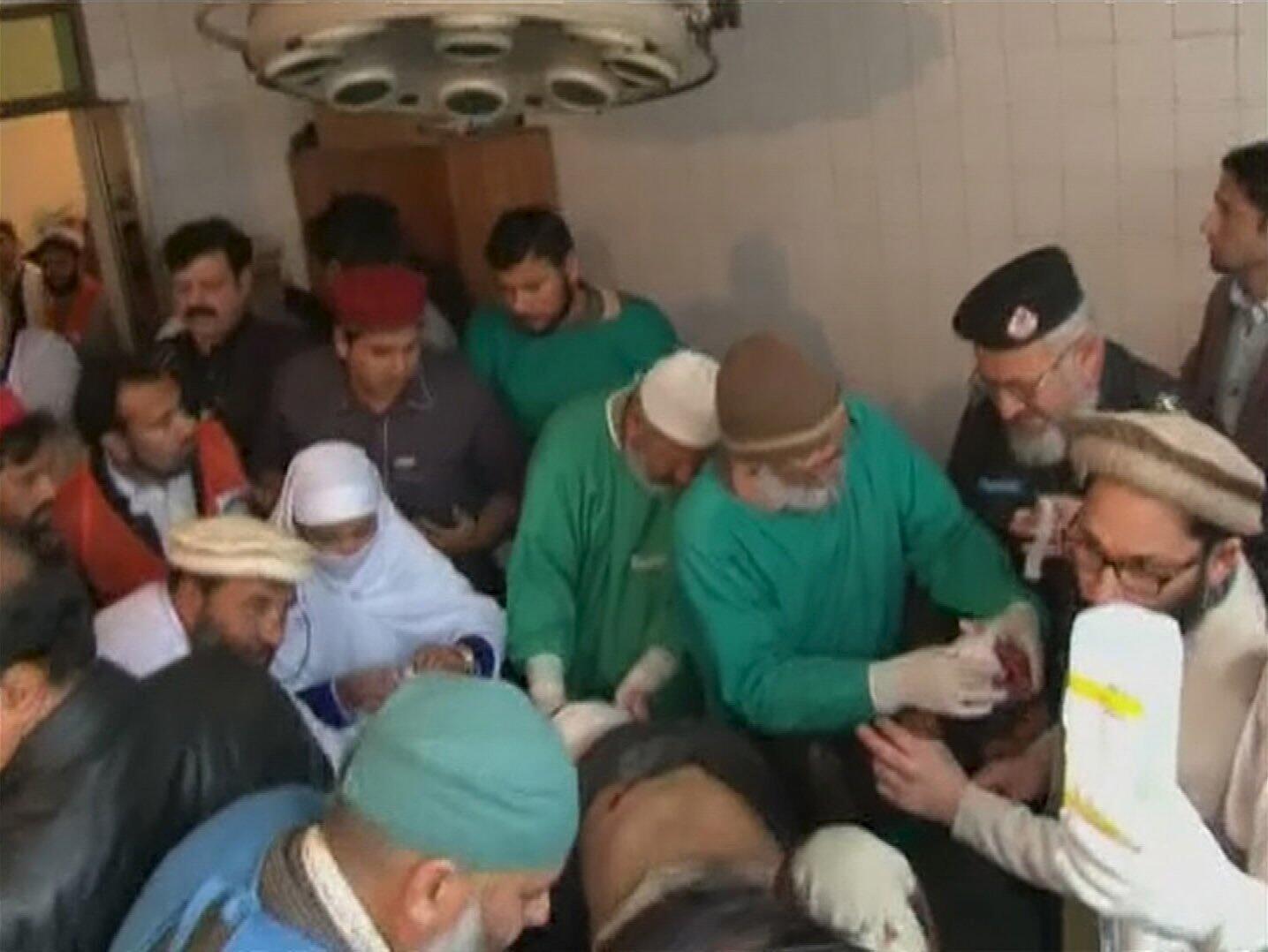 A l'hôpital principal de Charsadda, au nord-ouest de la province deKhyber Pakhtunkhwa, les médecins assistent les personnes blessées dans l'attaque de l'université Bacha Khan, le20janvier2016.