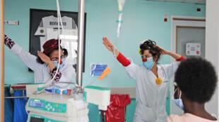 6_Joana Egypto (centro) e Marta de Carvalho (à esq.) brincam na pediatria_ Foto_Gabinete Comunicação IPO Lisboa