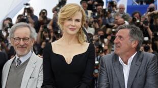 (右) 法国男演员丹尼尔-奥图(曾凭借《第八日》获得戛纳影帝桂冠);(左) 评委会主席斯蒂文-斯皮尔伯格;(中) 奥斯卡影后妮可-基德曼