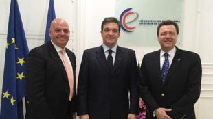 Ricardo Cusanno (C), président de Fedecamaras, le Medef vénézuélien de passage à Paris, accompagné par Jérôme Lellouche (D) conseilleur du commerce extérieur basé à Caracas et Francisco Lopez (G), president de la Fédération de l'immobilier.