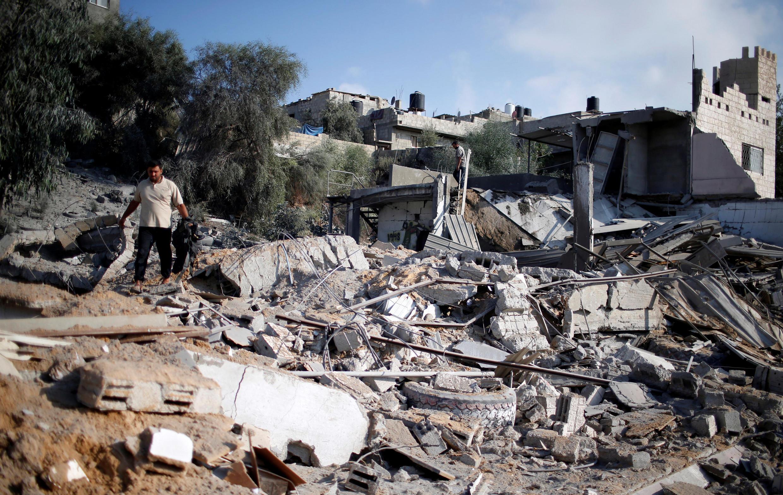 Um homem palestino inspeciona um lugar dominado pelo Hamas que foi atingido por um ataque aéreo israelense.