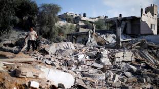Un palestino observa una zona después de la lluvia de cohetes de Israel