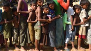 Wasu kananan yara 'yan kabilar Rohingya, yayin da suke bin layin karbar abinci a sansanin Kutupalong, bayan tserewa daga Myanmar zuwa Bangladesh.