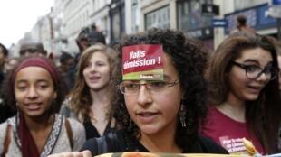 Des étudiants défilent à Paris pour protester contre l'expulsion de Leonarda, le 17 octobre 2013.