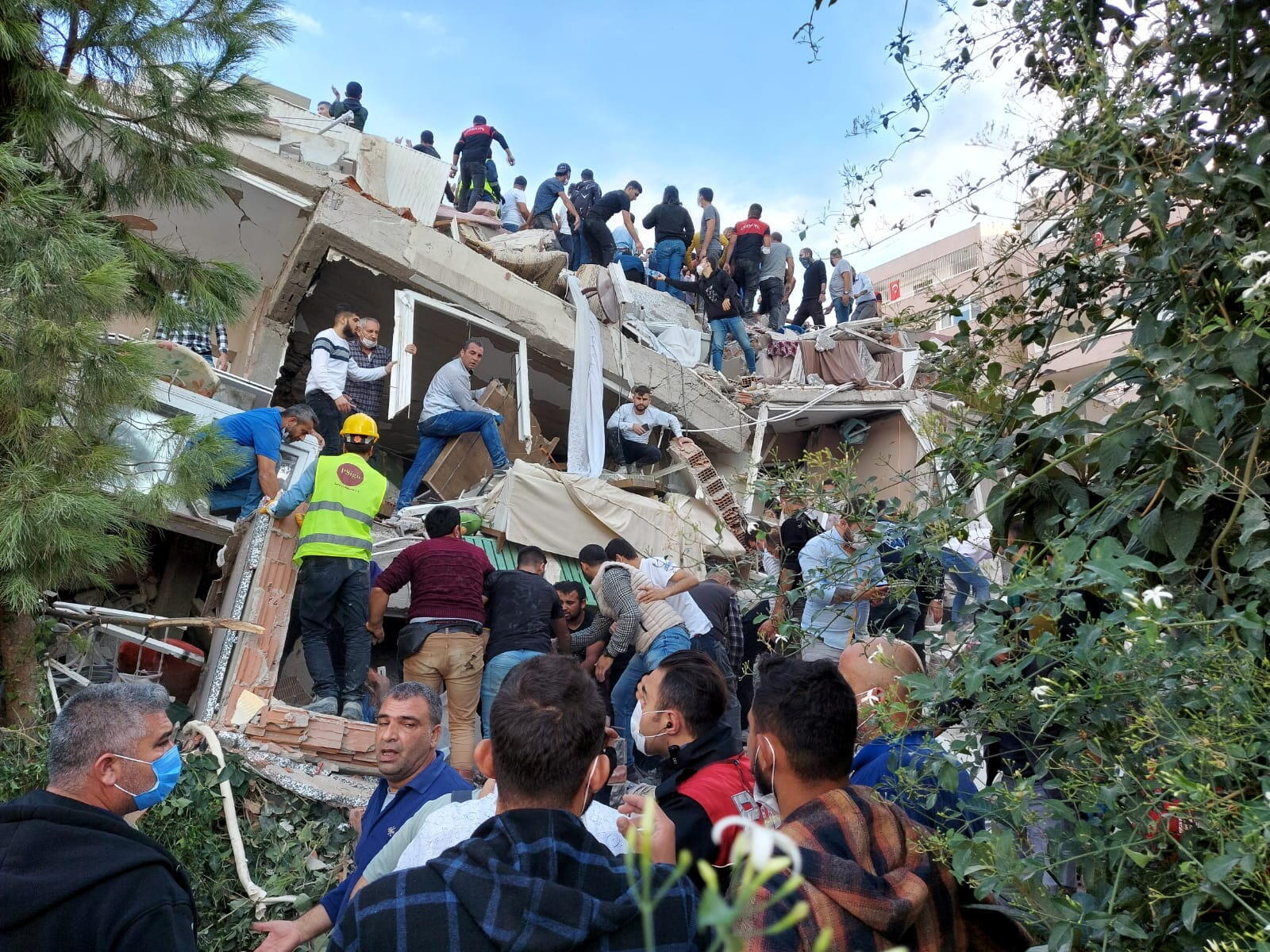 Под завалами разрушенных зданий в Измире ищут людей, Турция, 30 октября 2020 г.