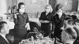 Janvier 1969. Des précautions sont prises en Russie avec le port de masques chirurgicaux alors que l'épidémie de grippe de Hong Kong traverse l'Union soviétique.