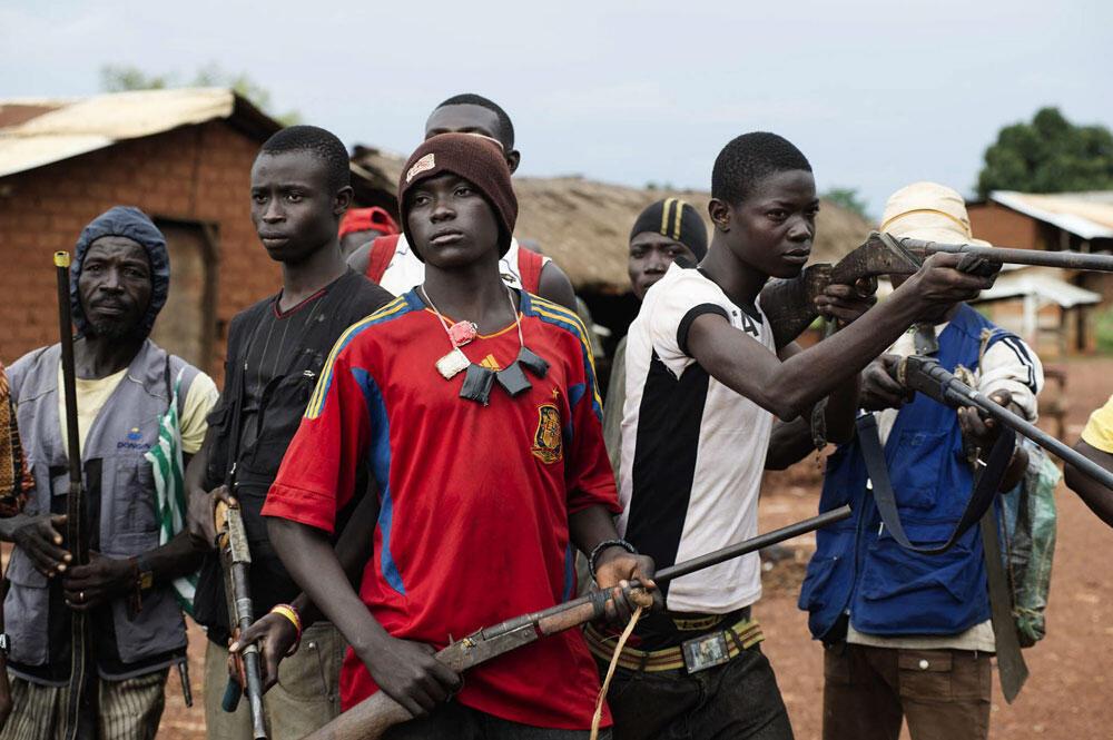 République centrafricaine, Njoh, 24 septembre 2013. Des hommes se réclamant des combattants anti-balaka, opposés aux soldats de la Séléka, posent avec leurs armes dans la rue principale de la ville de Njoh.
