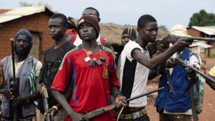 République centrafricaine, Njoh, 24 septembre 2013. Des hommes se réclamant des combattants anti-balaka, opposés aux soldats de la Seleka, posent avec leurs armes dans la rue principale de la ville de Njoh.