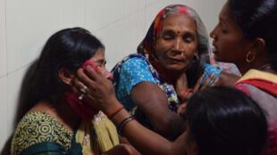 Une famille indienne pleure le décès d'un enfant à l'hôpital de Baba Raghav à Gorakhpur, 11 août 2017.