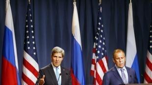 Ngoại trưởng Mỹ John Kerry (T) và đồng nhiệm Nga Serguei Lavrov trong cuộc họp báo chung tại Geneve, 12/09/2013